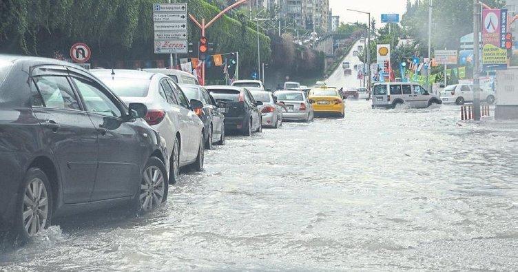 Adana'da sağanak yağış etksini sürdürüyor