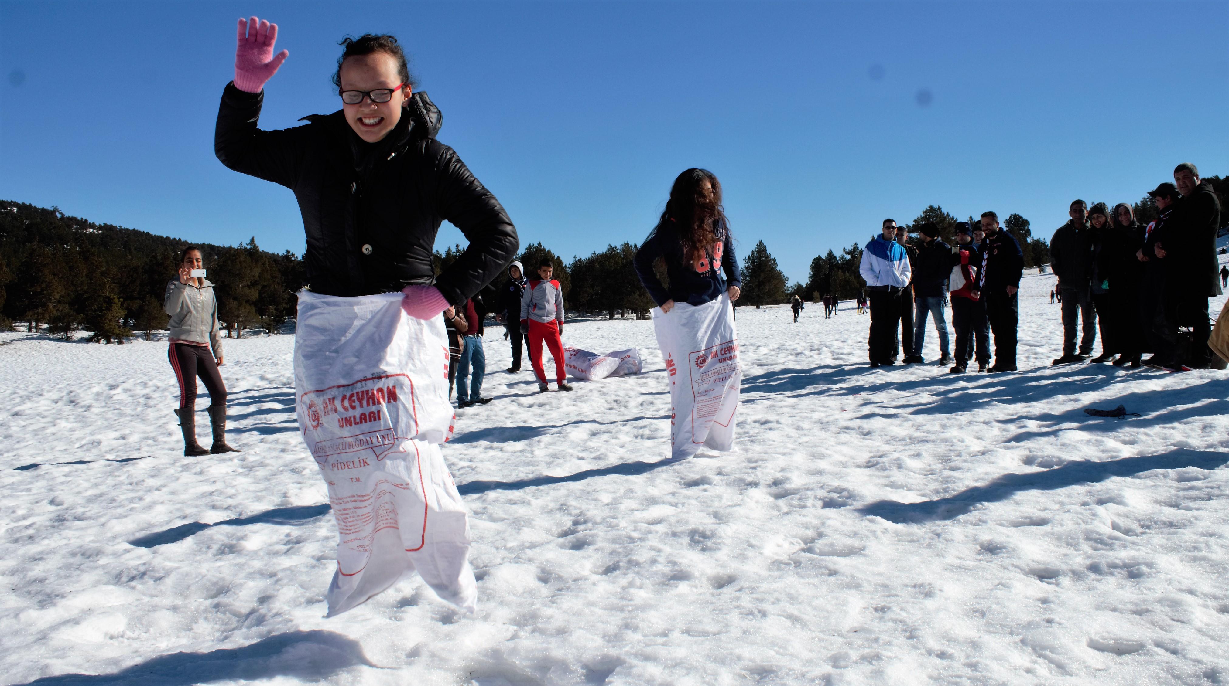 Başkan Sözlü'den öğrencilere karne hediyesi; kar şenliği
